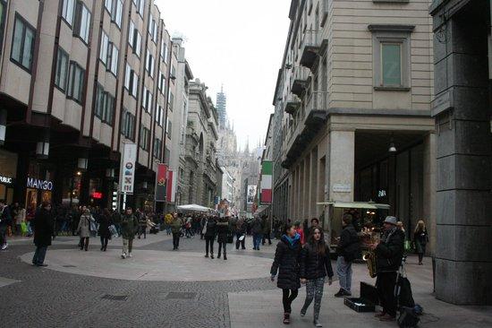 Corso Vittorio Emanuele II: sax e bandiere