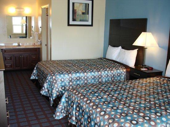 Econo Lodge Woodstock: 2 Double Beds with Seating Arrangements, Internet, Breakfast, Microfridge