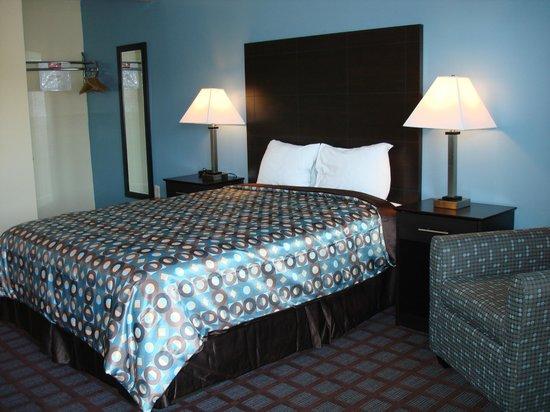 Econo Lodge Woodstock: 1 Queen Bed with Lunge Chair w/Ottoman, Desk w/Ergonomic Chair, Internet, Breakfast, Microfridge