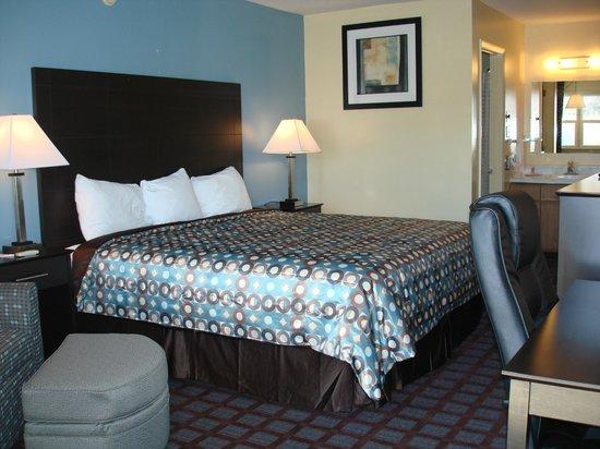 Econo Lodge Woodstock: 1 King Bed with Lounge Chair w/Ottoman, Desk w/Ergonomic Chair, Internet, Breakfast, Microfridge
