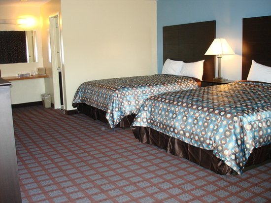 Econo Lodge Woodstock: 2 Queen Beds with Sofabed, Desk with Ergonomic Chair, Internet, Breakfast, Microfridge
