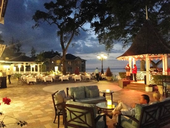 Sandals Royal Plantation: Abendstimmung auf der Terrasse