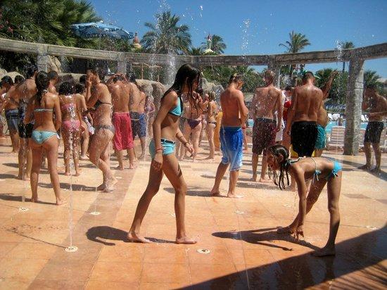 Didim Aquapark. Здесь поливают водой под музыку