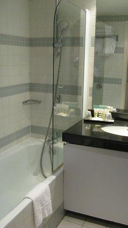 Mercure Paris La Défense Grande Arche Hotel: la doccia spruzzava verso il muro..quindi qualche acrobazia per lavarsi