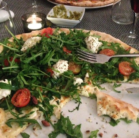 Paparazzi: pizza with fresh mozzarella and cherry tomatoes