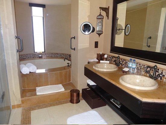 Qasr Al Sarab Desert Resort by Anantara: salle de bains