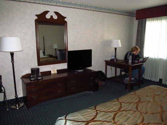 Seven Feathers Casino Resort: Dresser and desk