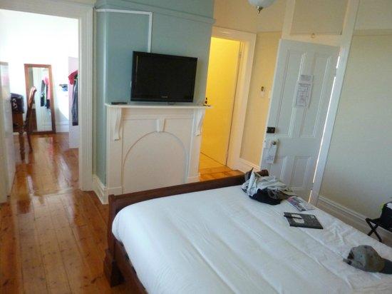 Flagstaff Hill Lighthouse Lodge: Nicely furnished bedroom/bathroom