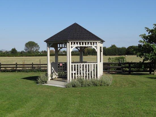Chestnut Lane Cottage: Yard and gazebo