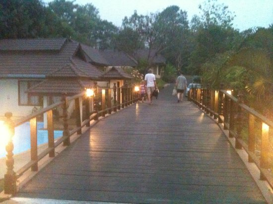 Suansawan Resort Chiang Mai: bridge to rooms and pool