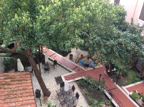 Astoria Garden: vue sur le jardin intérieur depuis la chambre