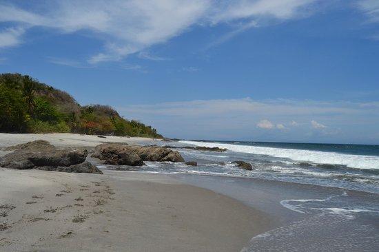 Ylang Ylang Beach Resort: Looking down the beach