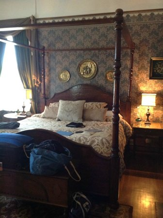 The Reynolds Mansion: The Linda bedroom