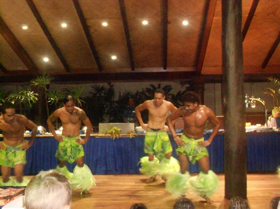 Outrigger Fiji Beach Resort: floor show while having dinner