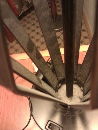 DoubleTree by Hilton Hotel Philadelphia - Valley Forge: Nasty Dust on Bedside Lamp #1