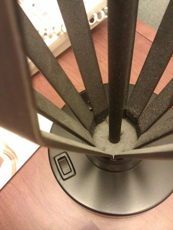 DoubleTree by Hilton Hotel Philadelphia - Valley Forge: Nasty Dust on Bedside Lamp #2