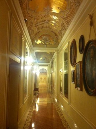 Grand Hotel Des Iles Borromees: walking to the restaurant.