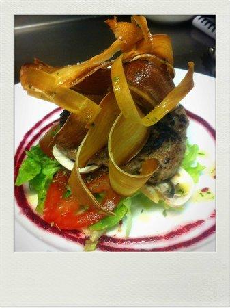 Al Natural: Hamburguesa de ternera casera con chips de Yuca