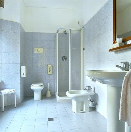 Hotel Pavone: bathroom