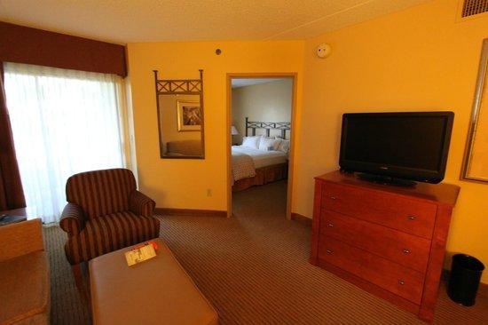 Embassy Suites by Hilton Phoenix-Scottsdale: Suite, between sitting room and bedroom