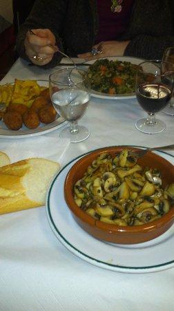 La Sanabresa: Champiñones al ajillo, verduras rehogadas, croquetas