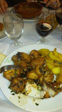 La Sanabresa: Pollo al ajillo, vino de la casa