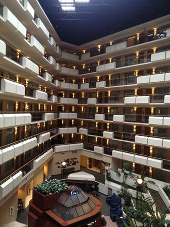 Embassy Suites by Hilton Tysons Corner: Embassy atrium