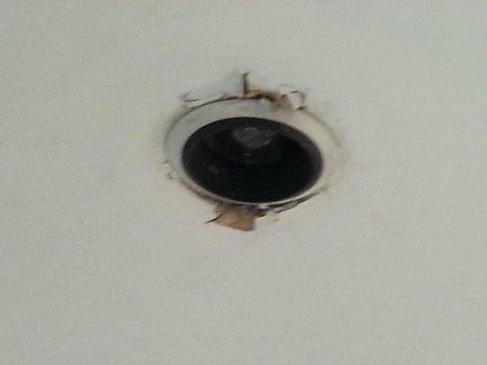 T' Putje: Kapotte lamp in badkamer