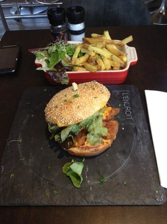 L'Endroit: great burger and homemade fries