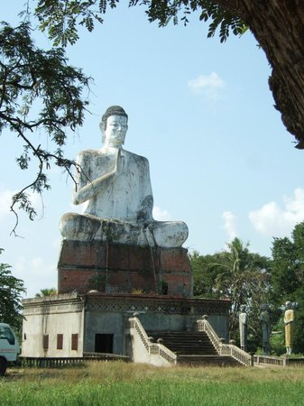 Wat Ek Phnom: grote witte buddha