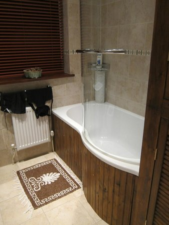 Number 10 Guest House: bathroom