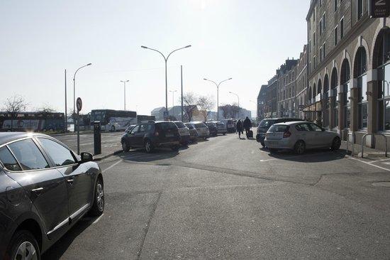 Ibis Budget Honfleur : Car Park at hotel (public)