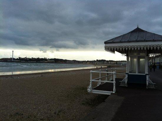 Fosters Guest House: Strandpromenade von Weymouth im Frühjahr