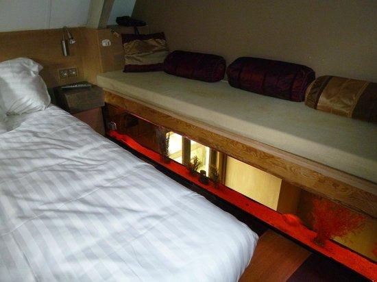 Hotel Salvators: CH 1 lit en mezzanine avec banquette et aquarium
