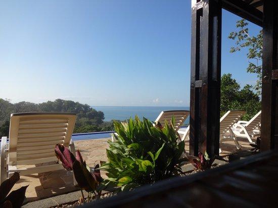 TikiVillas Rainforest Lodge & Spa: Blick vom Restaurant über den Poll zum Meer