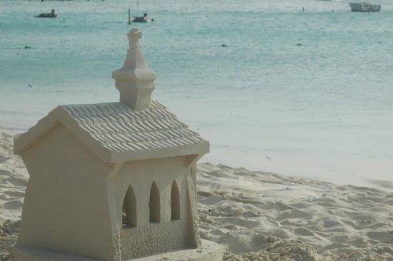 The Mill Resort & Suites Aruba: Sculture sulla spiaggia