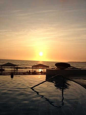 Grand Velas Riviera Nayarit: sun set from pool
