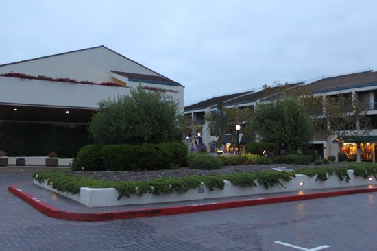 Portola Hotel & Spa at Monterey Bay : the surroundings with all the tourist shops