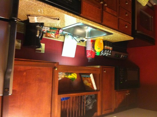 Hawthorn Suites by Wyndham North Charleston SC: Kitchen is Nice and handy