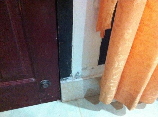 Gili Air Resort: Muro scrostato