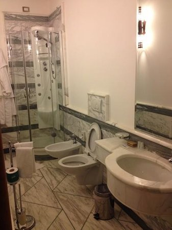 Antico Casale Russo: bagno pulito e nuovo, kit doccia e saponi già forniti