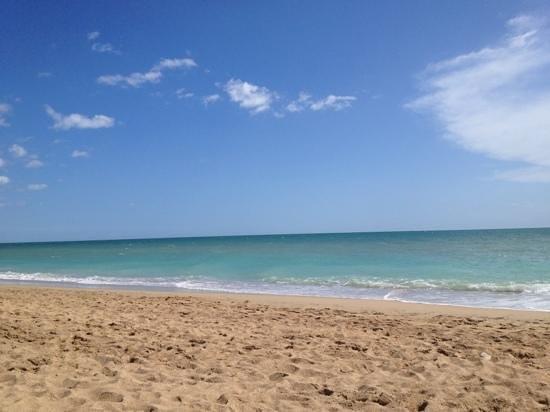 Hotel RH Casablanca & Suites: La playa justo enfrente del hotel, preciosa en semana santa 2013