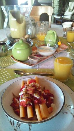 Willow Guest House: Complimentary breakfast with fresh fruit (Mar 29)
