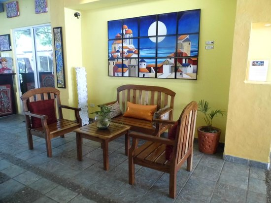 Galeria de Arte 5ta Avenida: Comfortable seating area to sit and enjoy the view of the Galeria