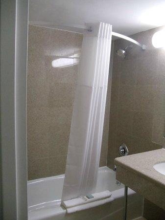 Days Inn Elmsford: Curved Shower Rods
