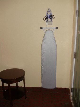 Days Inn Elmsford: Iron and Ironing Board