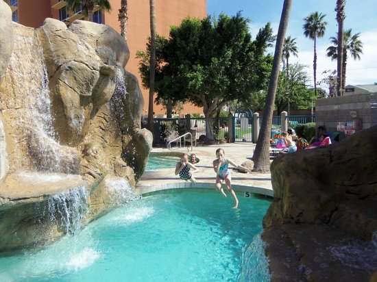 Wyndham Garden Phoenix Midtown: The kids LOVED the pool and waterfalls!