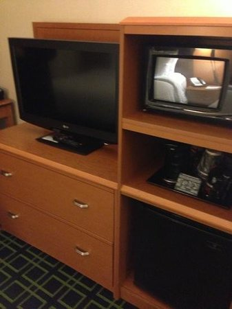 Fairfield Inn & Suites Millville Vineland: TV, Microwave and Fridge