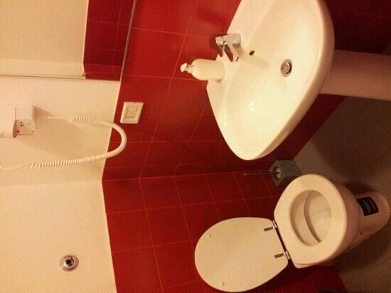 M&J Hostel: badkamer