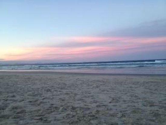 Byron Beachcomber Resort: sunset views from the beach